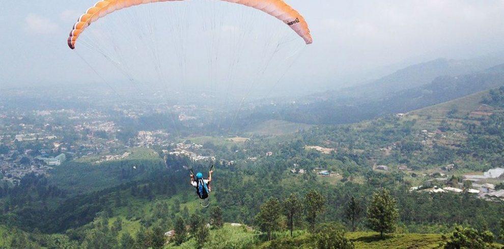 hipwee-sugarandspace.com-indonesian-travel-blogger-bintang-mahacakrie-paragliding-paralayang-puncak-bogor-flying-1050×630